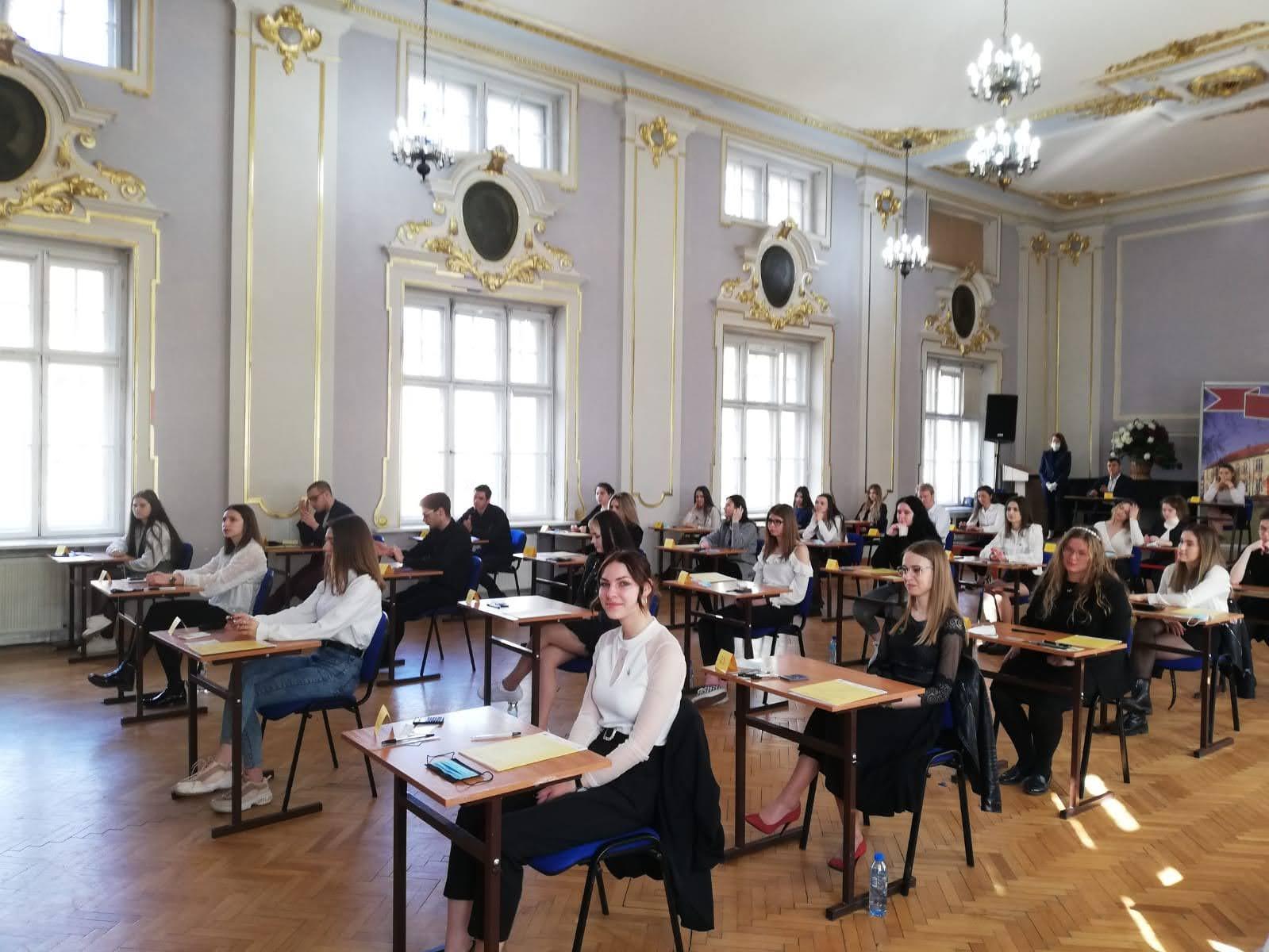 uczniowie podczas matury z języka polskiego